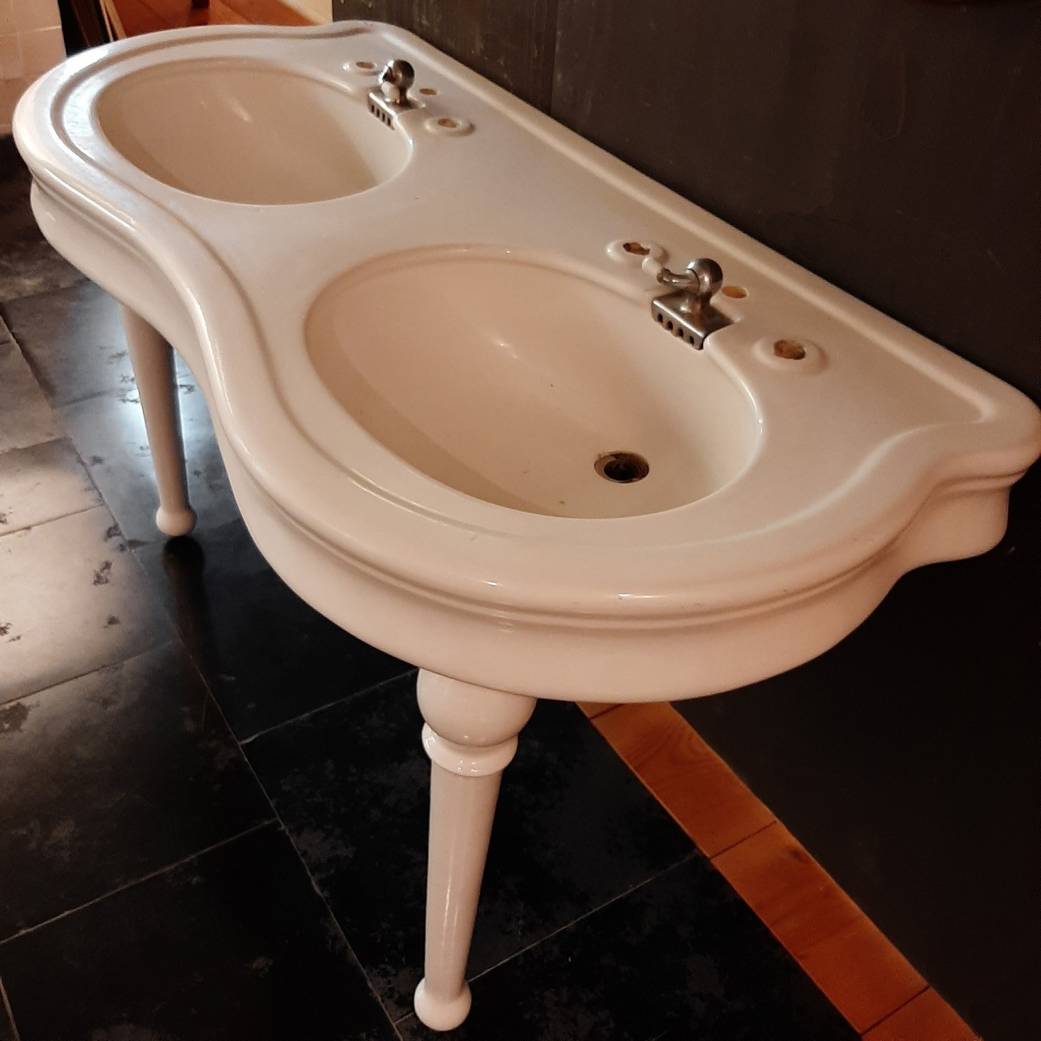 Antique ceramic washbasin with double sink